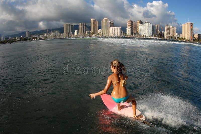 青少年比基尼泳装的冲浪者 库存照片