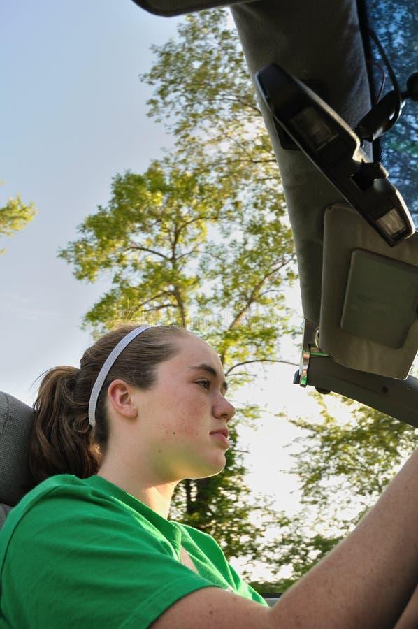青少年汽车敞篷车驾驶的女孩 库存照片
