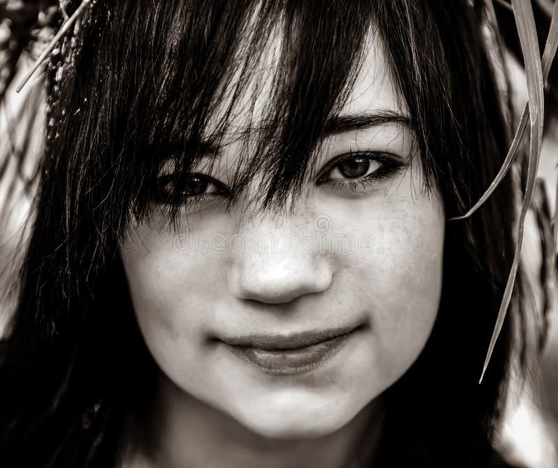 青少年深色的女孩的纵向 免版税库存照片