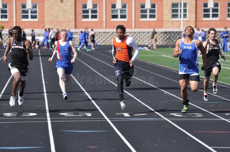 青少年男孩竞争的高种族学校的短跑 库存照片