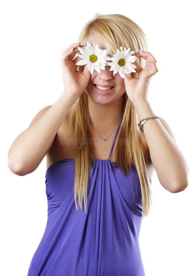 青少年白肤金发的雏菊的女孩 库存照片