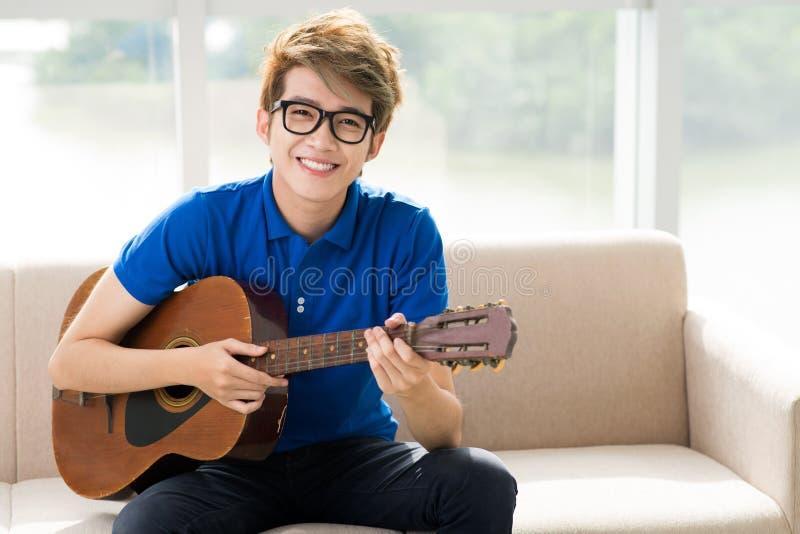 青少年的吉他弹奏者 库存照片