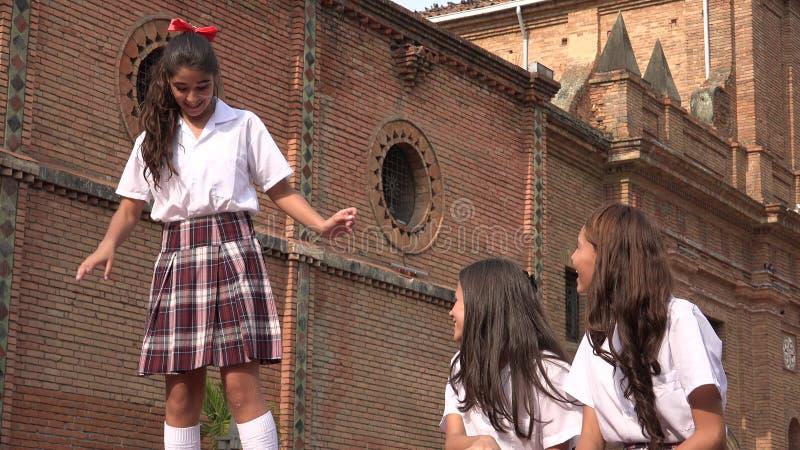 青少年的天主教学校女孩跳舞 免版税库存照片