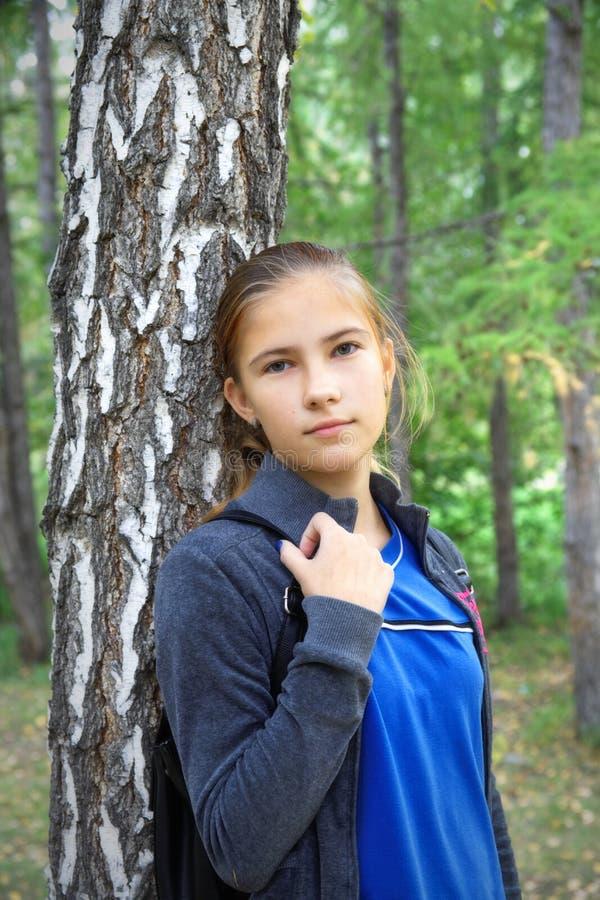 青少年的女孩哀伤调查照相机 免版税图库摄影