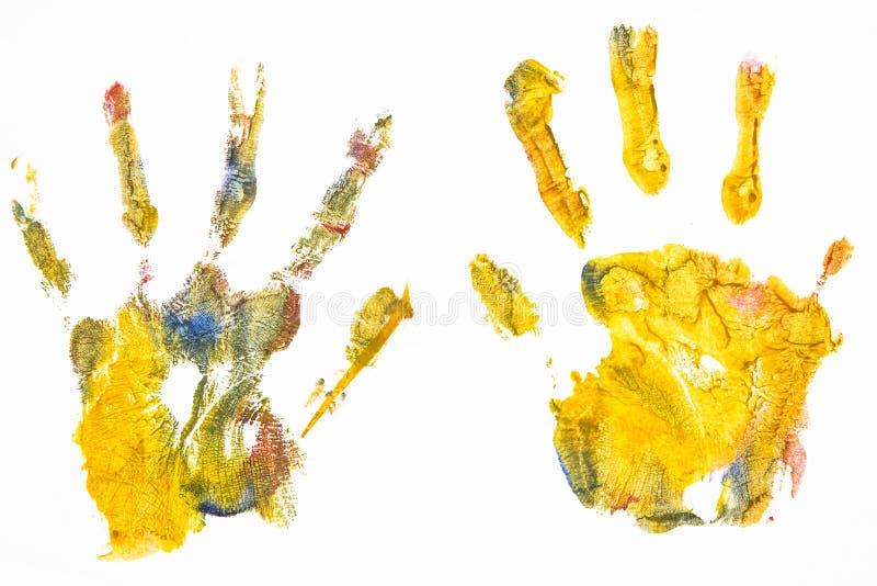青少年的女孩在多色的油漆白色板料画  免版税库存照片
