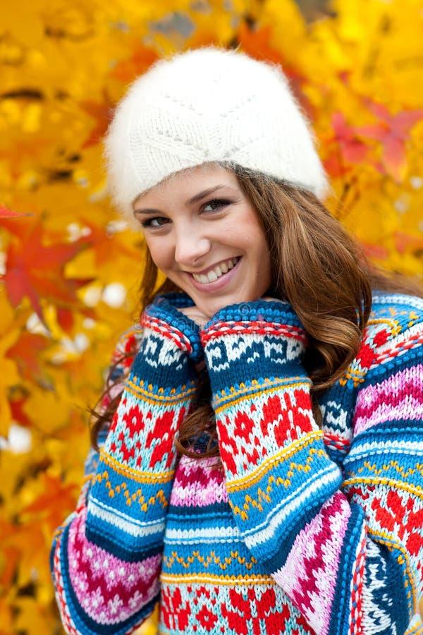 青少年的女孩在秋天 免版税库存图片