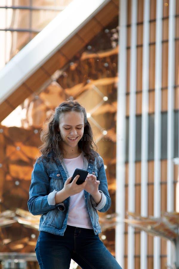 青少年的女孩有一次手机谈话在一个大大都会 免版税库存图片