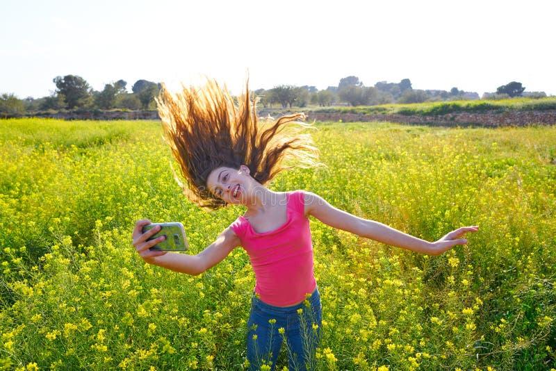 青少年的女孩selfie录影照片春天草甸 免版税库存图片