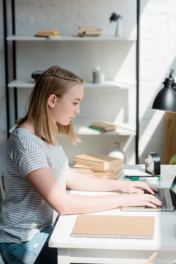青少年的学生女孩侧视图  免版税库存图片