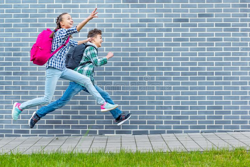 青少年的男孩和女孩回到学校 库存照片