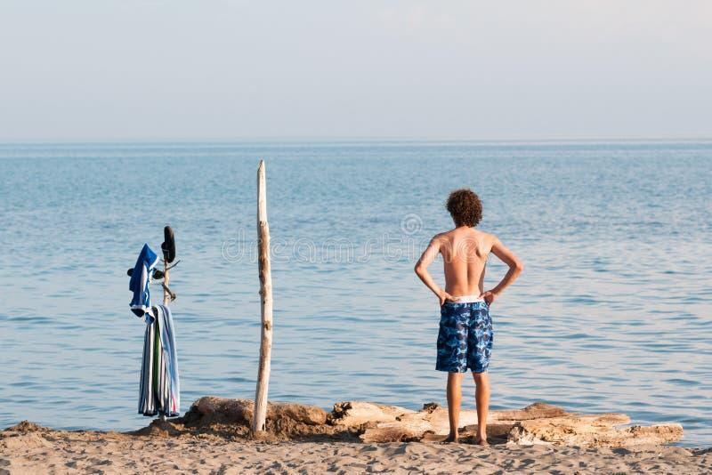青少年的男孩游泳在伊利湖 库存照片