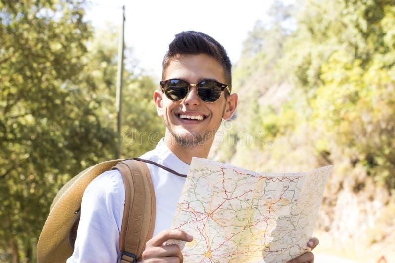 青少年的男孩读书地图 免版税库存照片