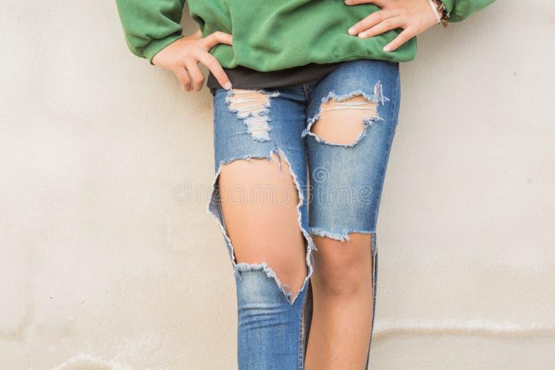 青少年的腿和的牛仔裤 库存照片