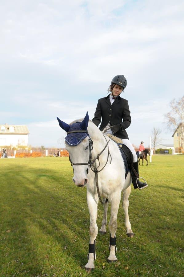 青少年的马骑术 免版税库存照片
