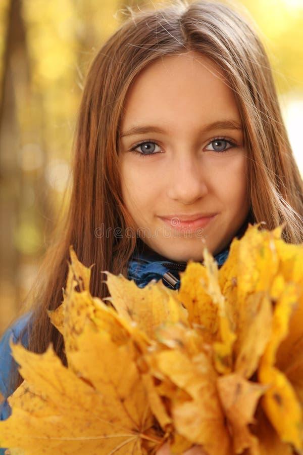 青少年秋天森林女孩愉快的纵向 库存图片