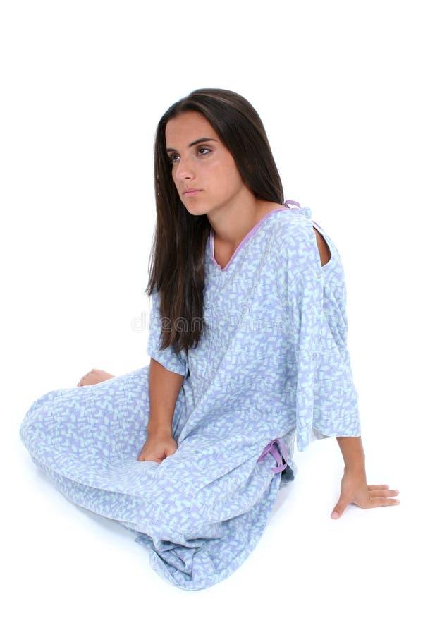 青少年美丽的哭泣的女孩褂子的医院 库存照片