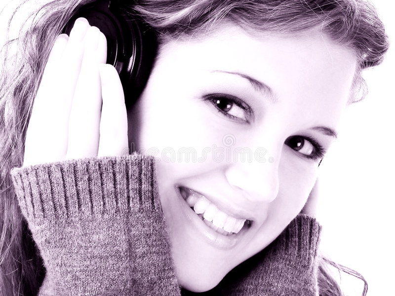 青少年美丽的女孩的耳机 免版税库存图片
