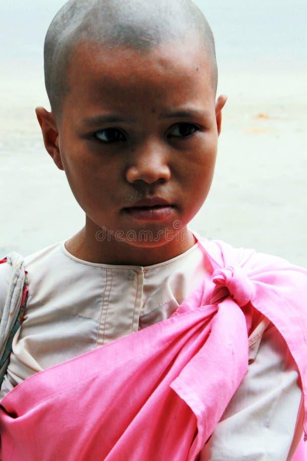 青少年老化佛教曼德勒缅甸的尼姑 免版税库存图片