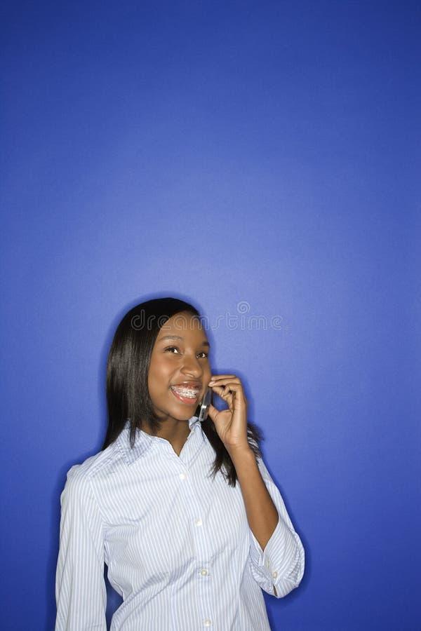 青少年非洲裔美国人的移动电话女孩& 免版税库存照片