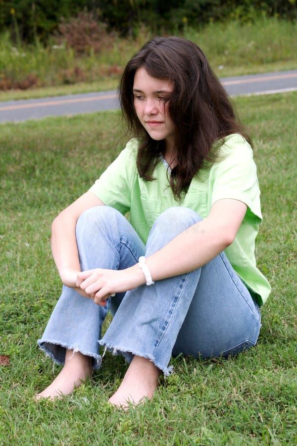 青少年2个女孩的草 免版税库存照片