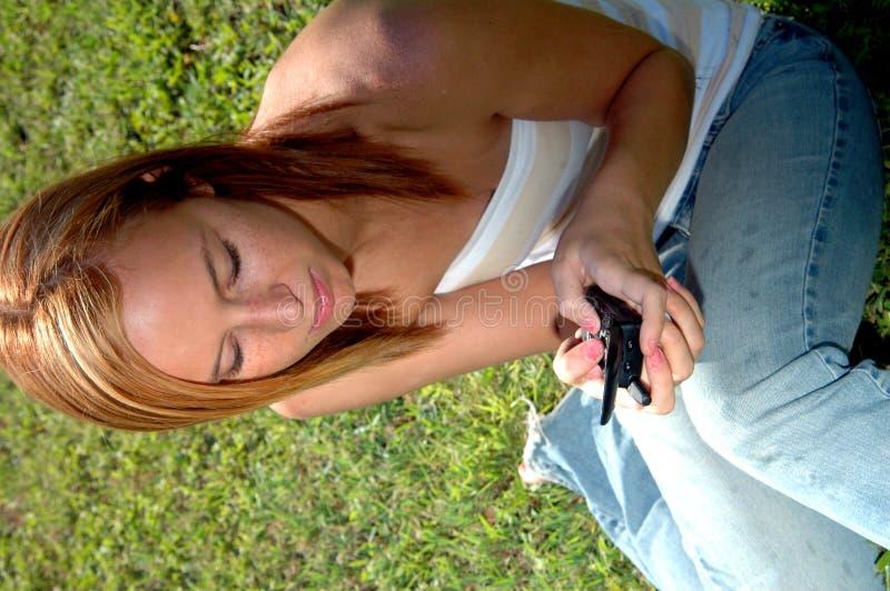 青少年texting 免版税图库摄影