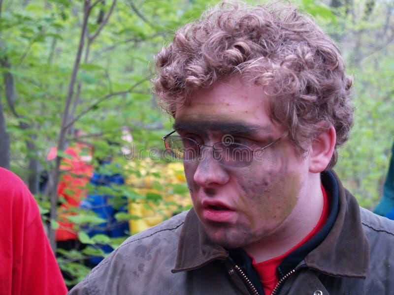 青少年与在面孔抹上的camo 免版税库存图片