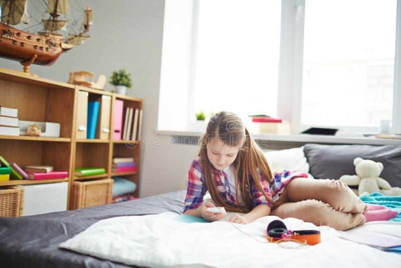 青少年女孩的smartphone 免版税图库摄影