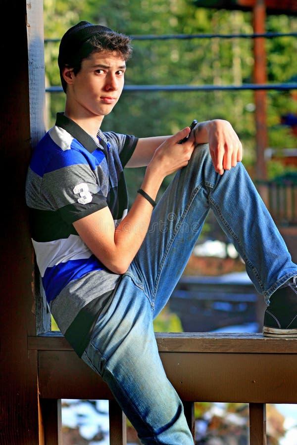 青少年男孩发短信 免版税图库摄影