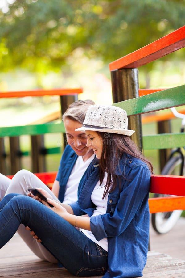 青少年的夫妇片剂 免版税库存照片