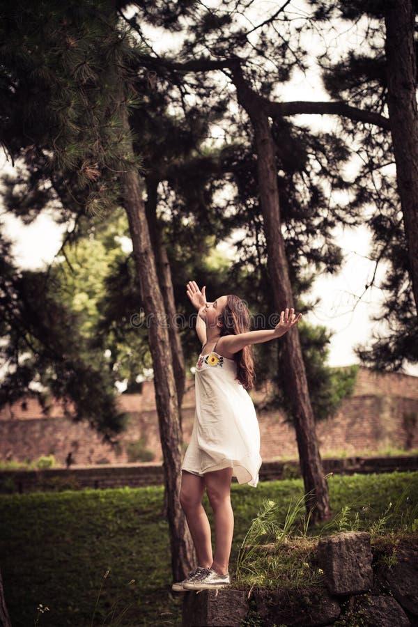 青少年的女孩在公园享用 库存照片