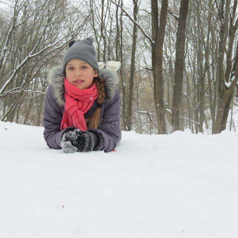 青少年的女孩在雪的公园 免版税库存图片