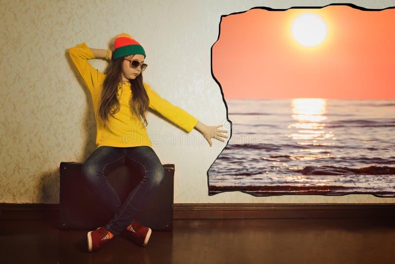 青少年的女孩坐手提箱预期假日旅行 免版税库存照片