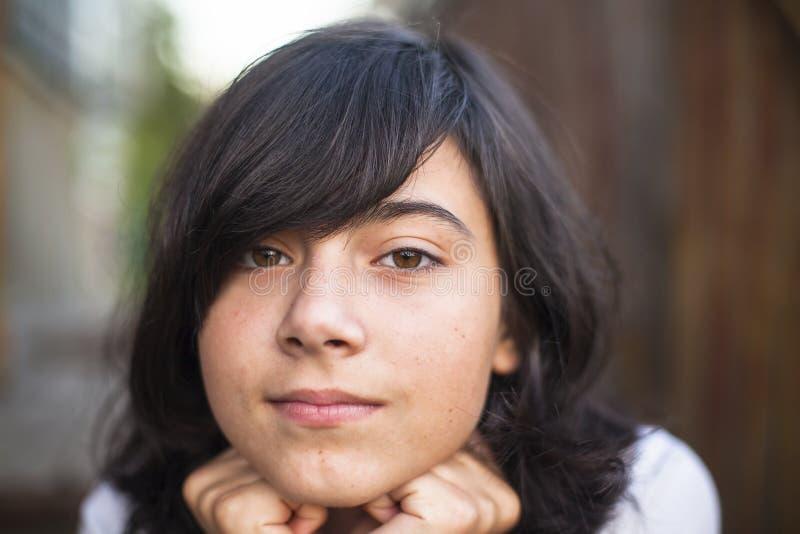 青少年的女孩特写镜头画象在街道上的 库存照片