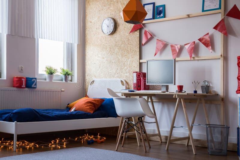 青少年的男孩的现代卧室 免版税库存图片