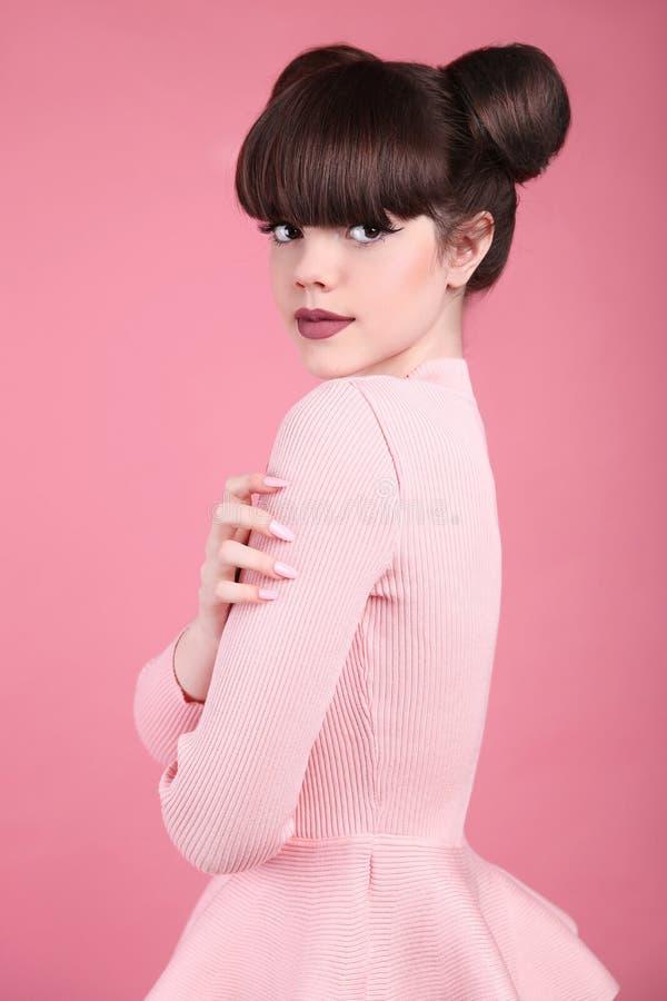 青少年的秀丽 发型 时尚十几岁的女孩模型 愉快的smilin 库存照片