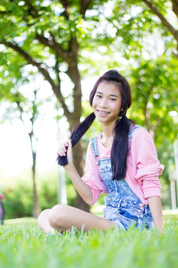 青少年的美好的女孩桃红色衬衣牛仔布短裤 图库摄影