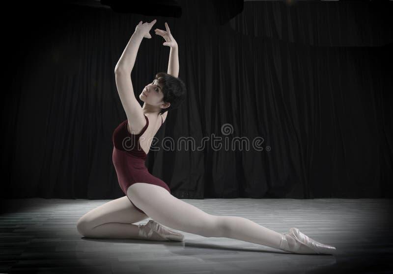 青少年的舞蹈家在演播室 库存图片