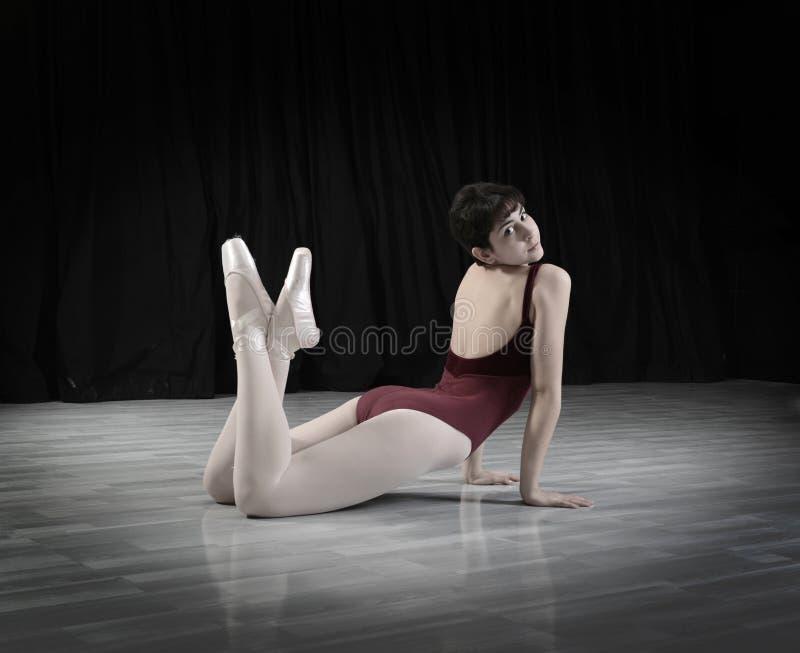青少年的舞蹈家在演播室 免版税库存照片