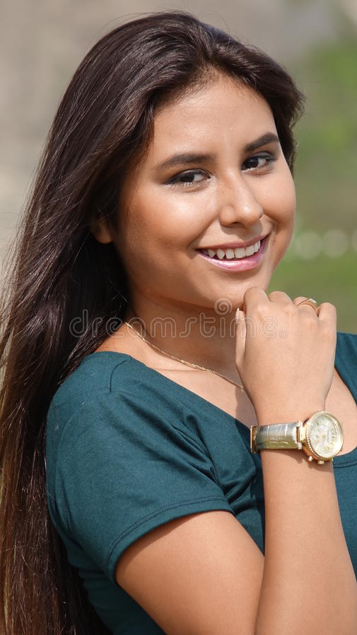 青少年的西班牙女性佩带的手表 库存照片