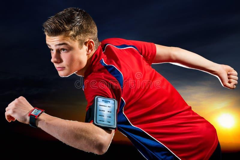 青少年的赛跑者准备好与聪明的app 免版税库存图片