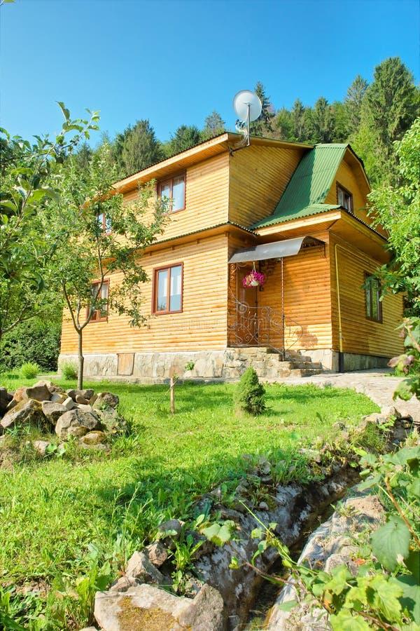 青山的木房子 库存图片