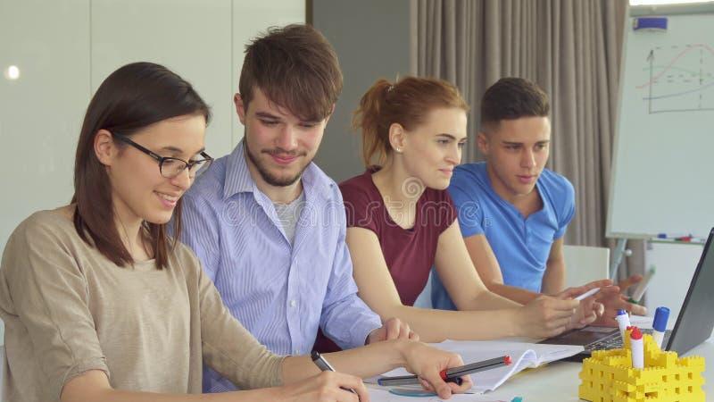 青年人在对工作在办公室 免版税库存照片