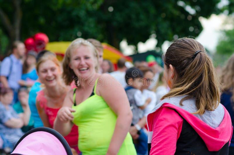 青年人在戈梅利,白俄罗斯庆祝颜色ColorFest节日  库存图片
