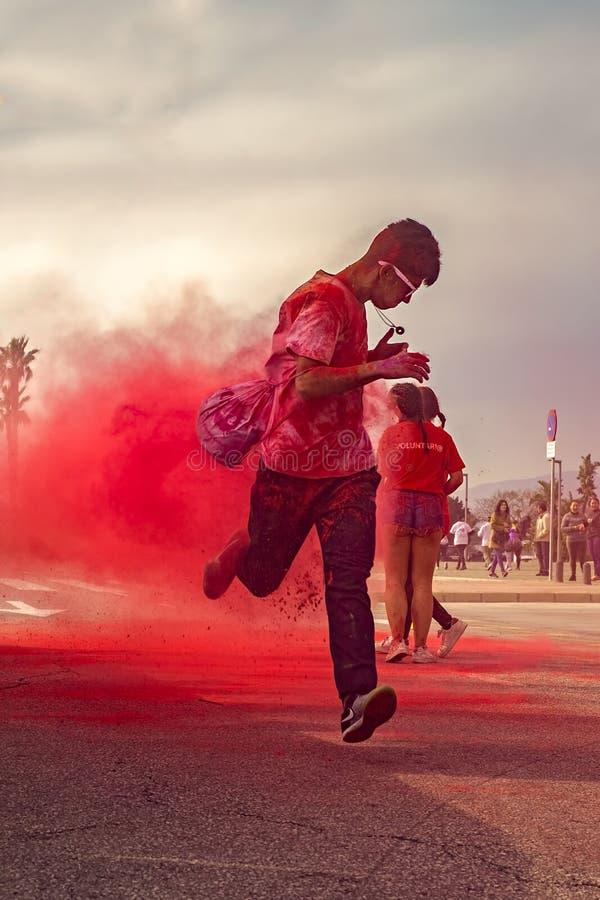 青年人在马拉加,西班牙庆祝Holi颜色节日 图库摄影