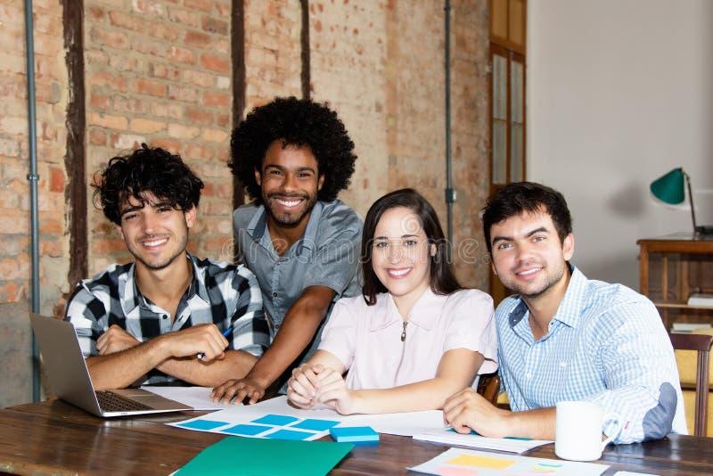 青年人拉丁和非裔美国人的企业队  免版税库存图片