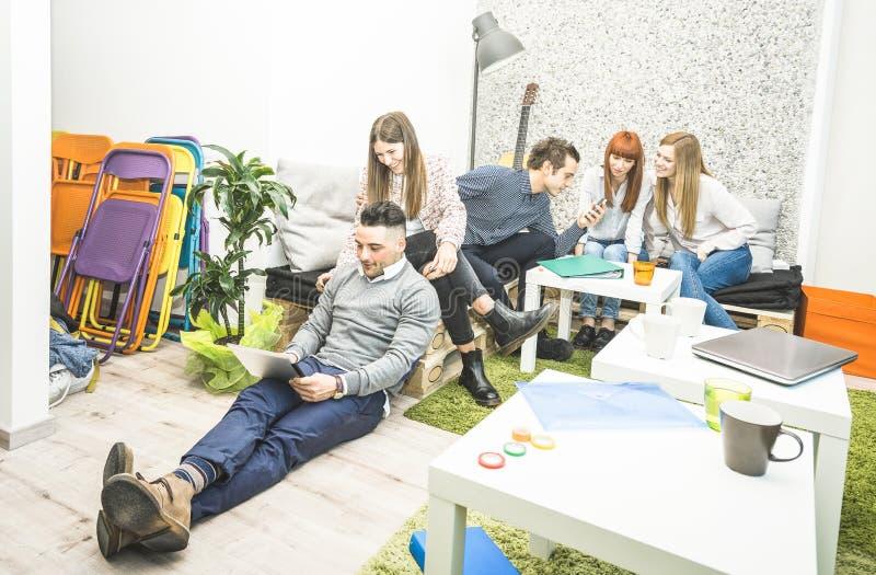 青年人有雇员的工作者断裂开始办公室 免版税库存图片