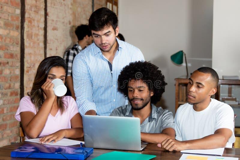 青年人白种人和非裔美国人的企业队  免版税库存图片