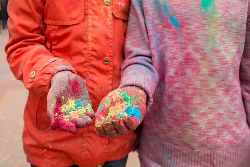 青年人的手有印地安染料的在Holi上色节日 免版税图库摄影