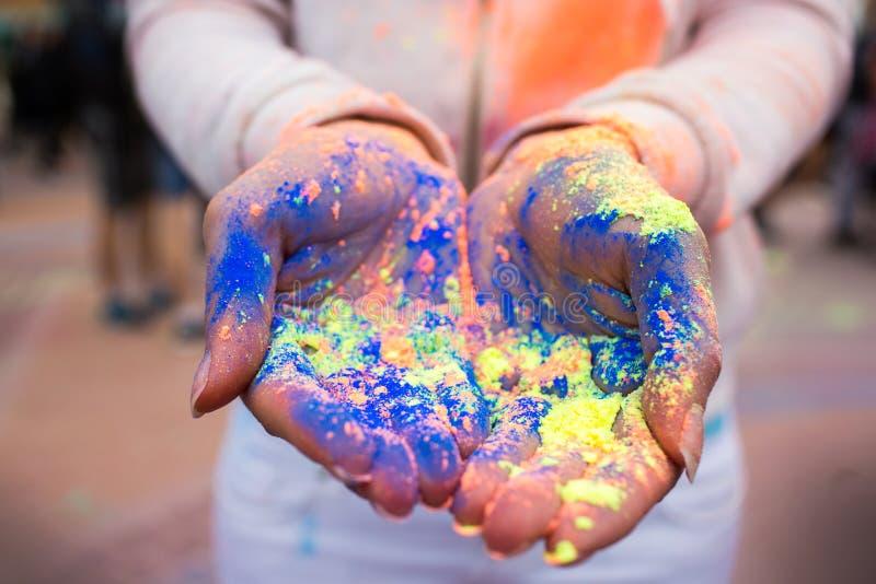 青年人的手有印地安染料的在Holi上色节日 库存图片