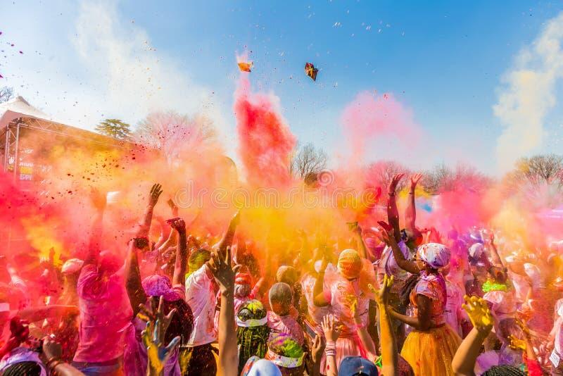 青年人获得乐趣在颜色跑5km马拉松,明亮的co 图库摄影